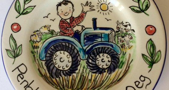 Penblwydd Hapus tractor plate